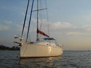 Парусно-моторная яхта-швертбот  с  водяным   балластом