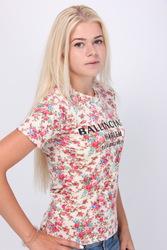 Женская футболка с цветочным принтом.